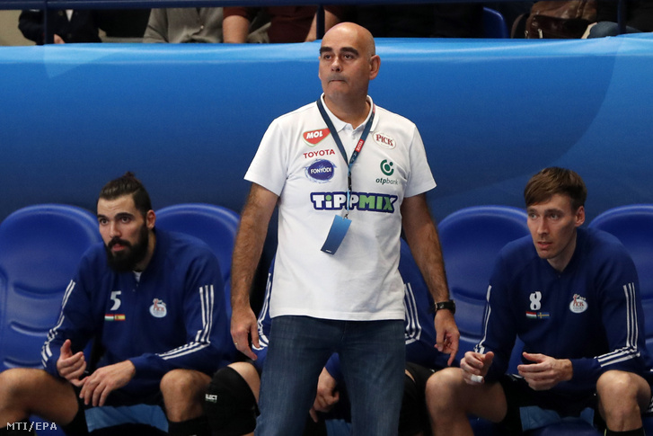Juan Carlos Pastor, a MOL-Pick Szeged vezetőedzője (középen) a Paris Saint-Germain elleni mérkőzésen 2018. november 4-én