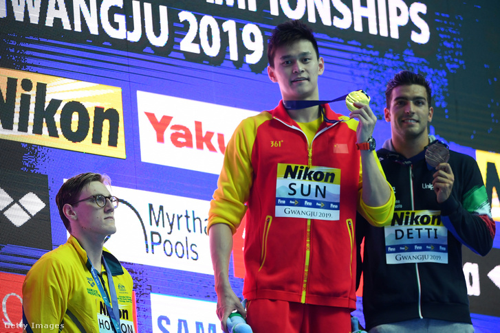 Szun Jang mutatja érmét a férfi 400 méter gyors eredményhirdetésén, jobbra az ezüstérmes Mack Horton, balra a bronzérmes Gabriele Detti Kvangdzsuban 2019. július 21-én