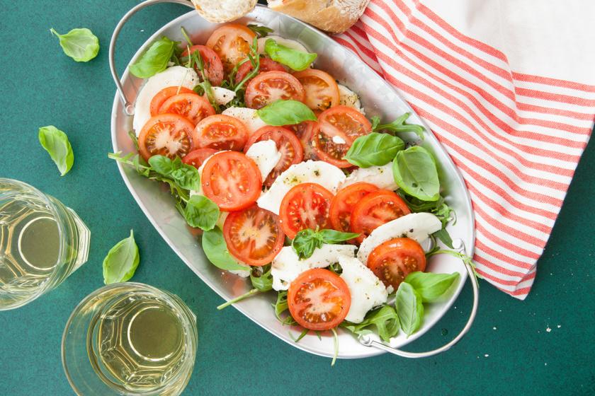 A caprese salátához lényegében csak paradicsomra, mozzarella sajtra, bazsalikomra és néhány csepp olívaolajra van szükség. Ez az egyik legegyszerűbb nyári salátaköret.