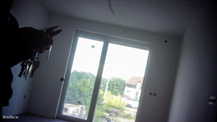 Az egyik eladó lakás belülről, egy rejtett kamera szemszögéből