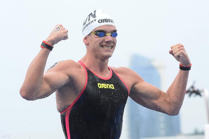 A gyõztes Rasovszky Kristóf a nyíltvízi úszók férfi 5 kilométeres versenyének befutója után a 18. vizes világbajnokságon
