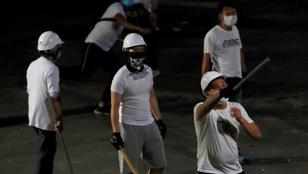 Botokkal felfegyverkezett civilek támadtak a hongkongi tüntetőkre