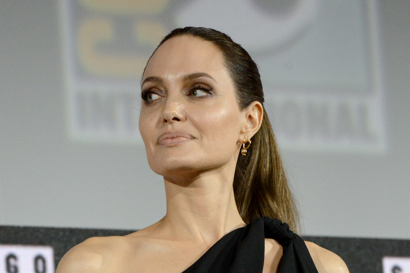 angelina-jolie-estelyi-comic-con-cover