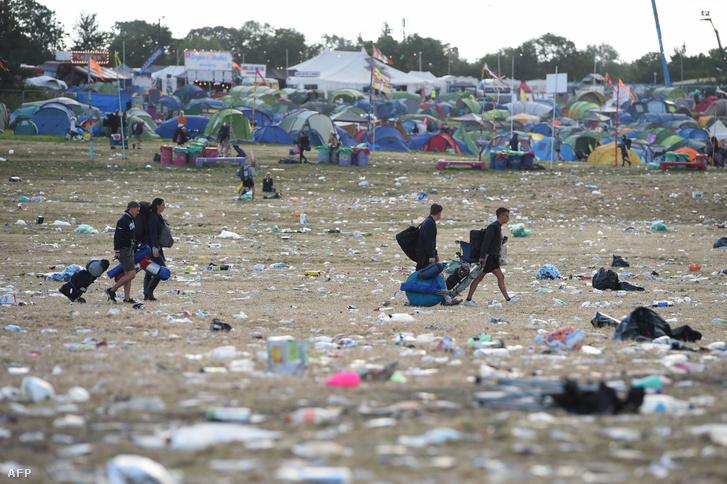 Résztvevők távoznak a Glastonbury Fesztiválról 2019. július 1-én