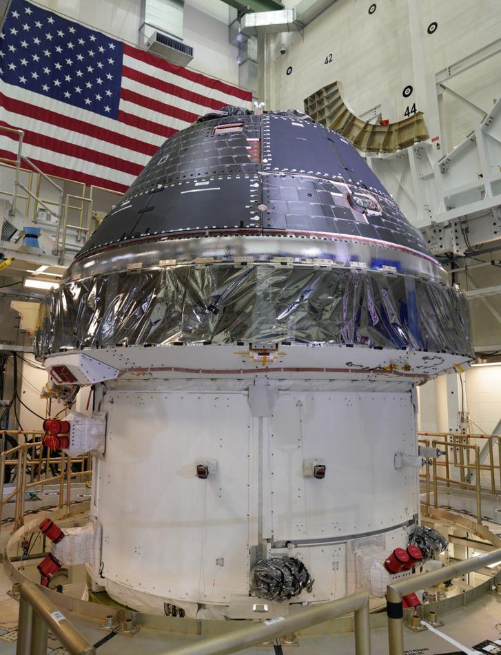 Az Orion űrhajó a szerelőcsarnokban