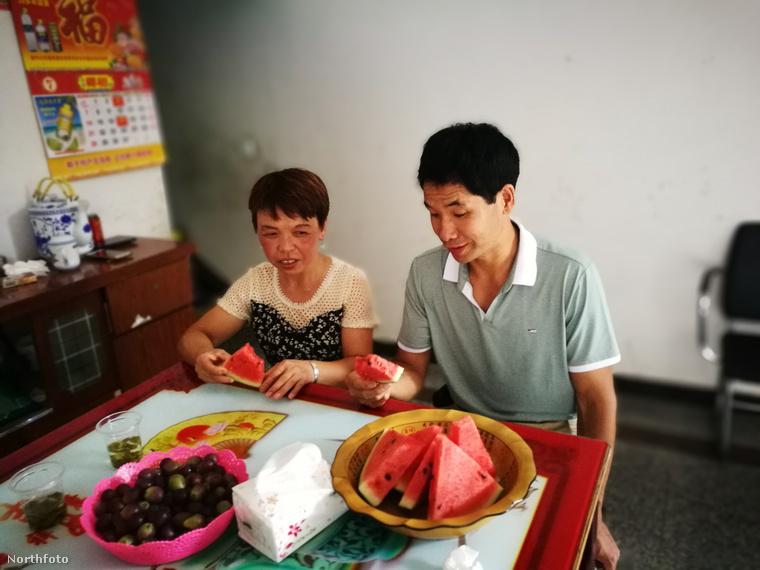 Az esküvőt a híradások szerint áprilisban tartották, a Li házaspár ezen a képen éppen görögdinnyét fogyaszt