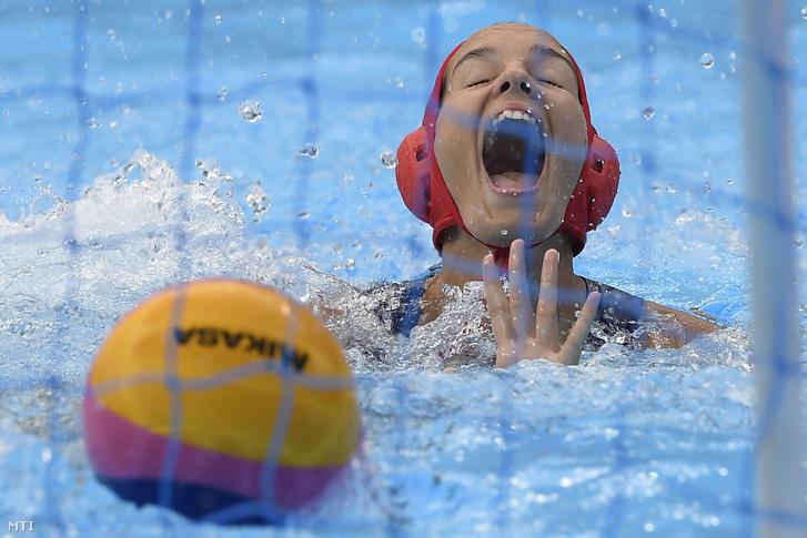 Gangl Edina kapus, miután gólt kapott a női vízilabda torna negyeddöntőjében