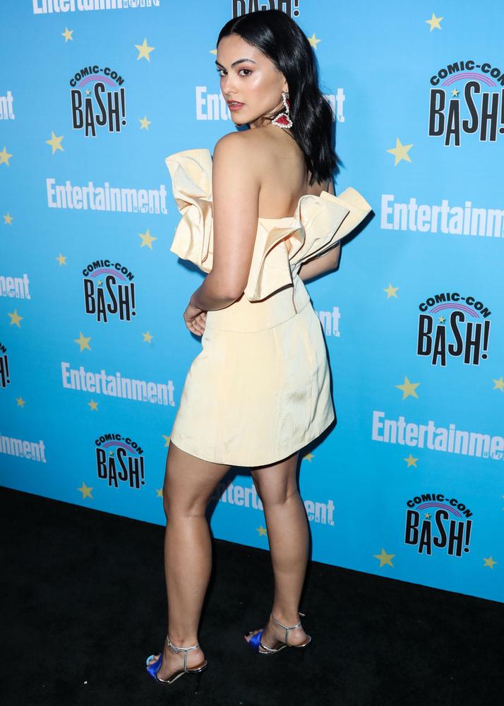 Camila MendesA Riverdale sorozatból ismert gyönyörű színésznő elég extra ruhába bújt