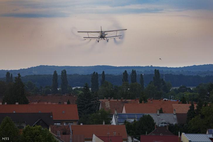 Kémiai szúnyogírtást végeznek egy Antonov An-2 típusú repülőgéppel Nagykanizsa felett 2019. július 18-án.