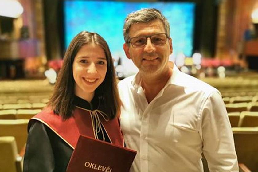 Anna idén diplomázott, nem csoda, hogy édesapja büszke rá.