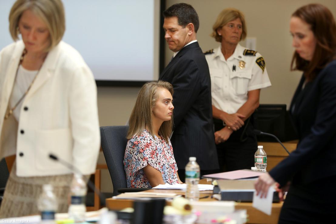Michelle Carter (középen) a bristoli fiatalkorúak bíróságán 2017. június 13-án