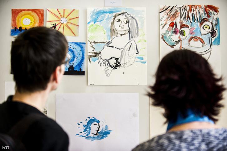 Dobecz Bese autista gyermek rajzai a Lakitelek Népfőiskola Kölcsey Házában 2019 április 6-án