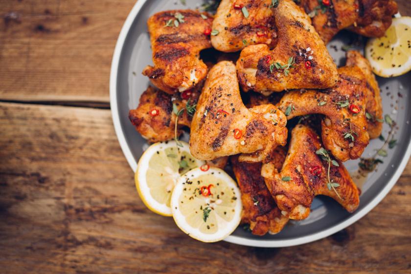 Csípős, fűszeres sült csirkeszárnyak: a páctól lesz különösen finom