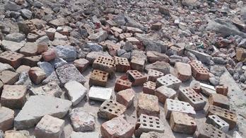 Bontottak egy kőépületet, a törmelék ment a Dunába