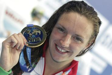 A győztes Hosszú Katinka mutatja aranyérmét a 200 méteres vegyesúszás eredményhirdetése után a kazanyi vizes világbajnokságon 2015. augusztus 3-án.