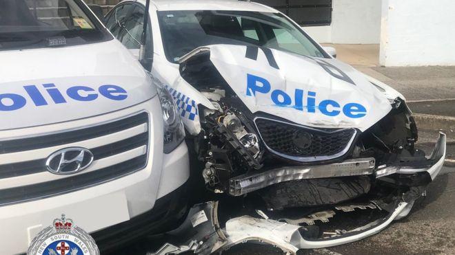 Összetört rendőrautó, amibe a meth-et szállító autó ütközött