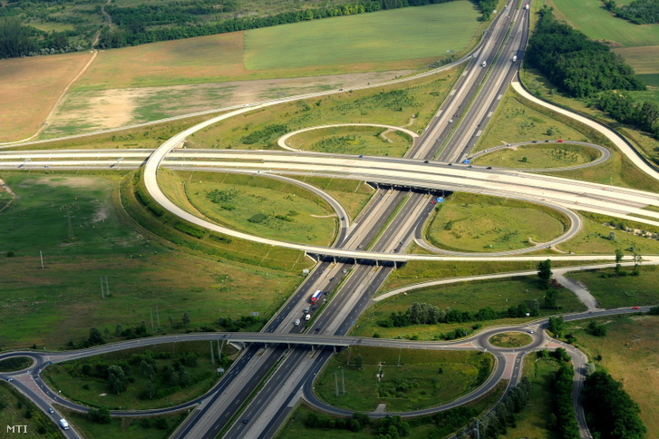 Az M0-ás autóút és az M5-ös autópálya csomópontja Gyál határában