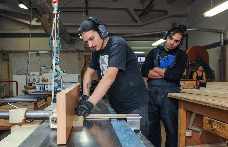 Tanuló dolgozik a hajdúböszörményi Natur Design Kft. aszatalos műhelyében 2018. november 26-án. A társaság részt vesz a szakember-utánpótlás gyakorlati képzésében