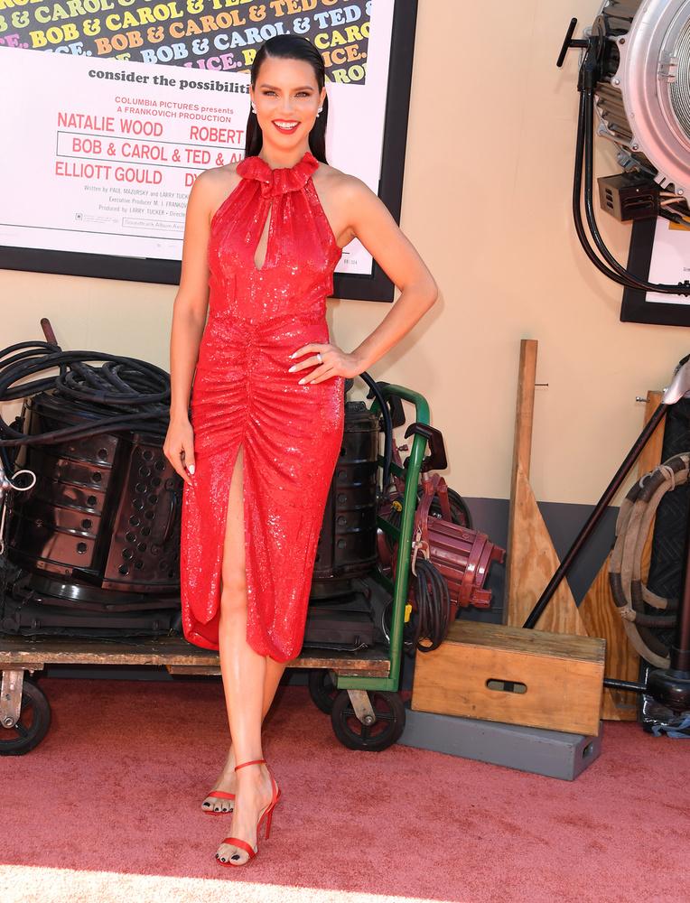 Adriana Lima Britney Spearshez hasonlóan tűzpiros ruhát választott, de nyugalom, most nem volt nála hamburger.