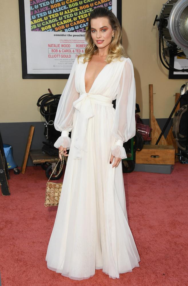 Margot Robbie egyébként egy '80-as éveket idéző fehér ruhában jelent meg a vörös szőnyegen, ...