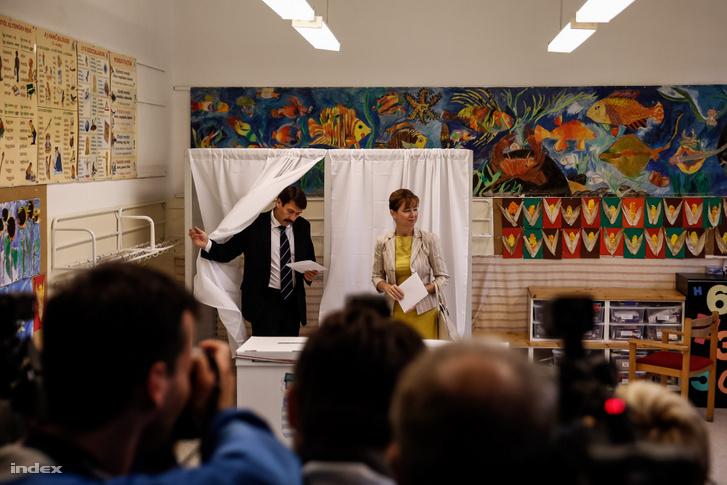 Áder János és felesége adja le szavazatát a 2014. október 12-én tartott önkormányzati választáson