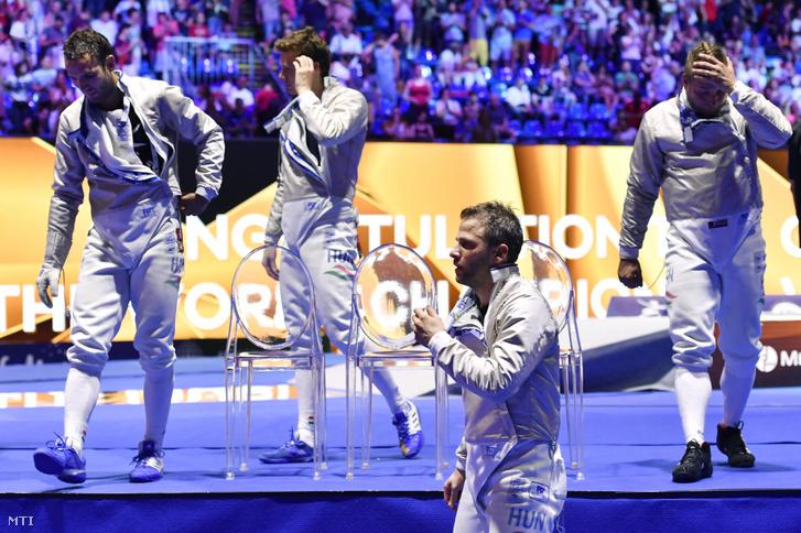 Szilágyi Áron, Szatmári András, Gémesi Csanád és Decsi Tamás (b-j), miután vesztettek a dél-koreai csapat ellen a vívó-világbajnokság férfi kard csapatversenyének döntőjében a budapesti BOK Csarnokban 2019. július 21-én