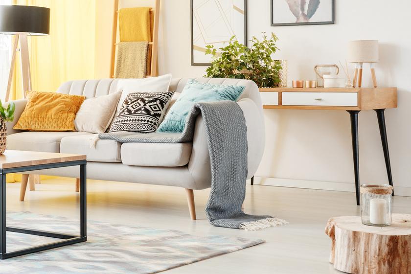 Rusztikus dizájnt csempészhet valaki a lakásba, ha mécsestartónak használja a farönköt.