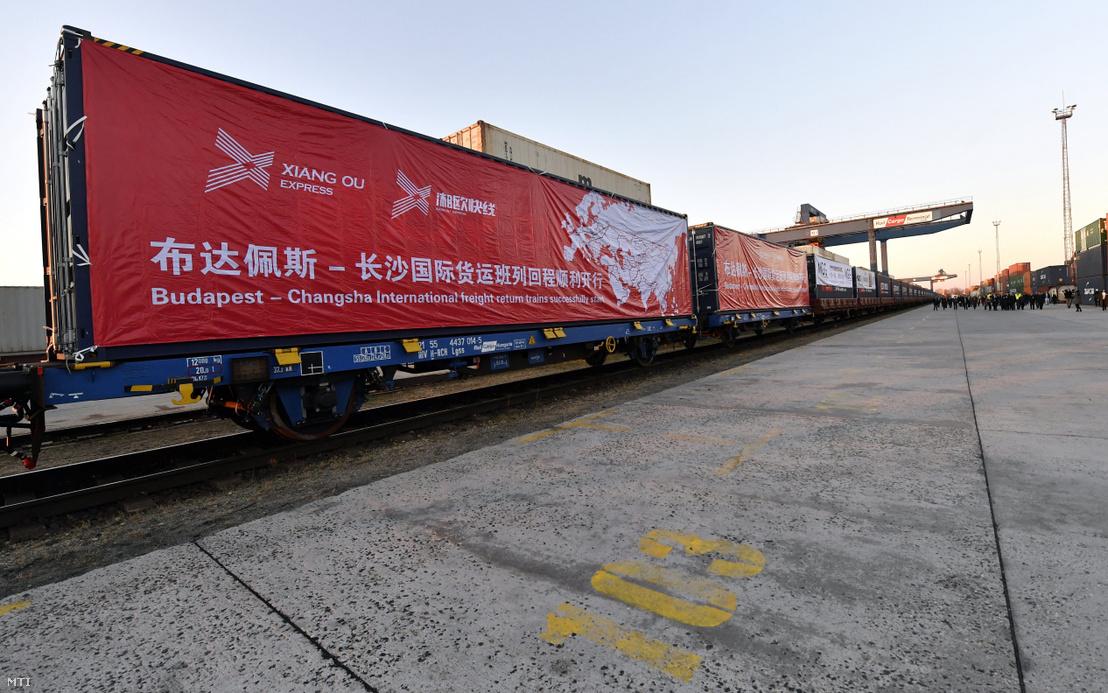 Az első Kínába induló exportvonat Budapesten 2017. november 27-én. A Kína-Közép-Kelet-Európa (KKE) csúcstalálkozó alkalmából elindult az első két exportvonat Kínába, a szerelvények egyike Ukrajnán, Oroszországon és Kazahsztánon át visz árut a távol-keleti államba, a másik vonat konténereit a görögországi Pireusz kikötőjéből hajón szállítják tovább.