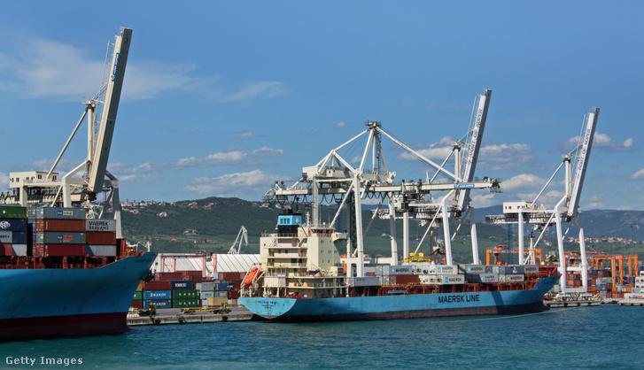 A koperi konténerterminál 596 méteres, és 14,5 méteres merülésű hajókat tud fogadni.