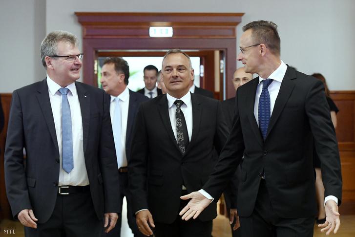 Szijjártó Péter külgazdasági és külügyminiszter, Borkai Zsolt Győr polgármestere és Achim Heinfling az Audi Hungaria Zrt. igazgatóságának elnöke (j-b) a cég beruházásáról tartott sajtótájékoztatón 2019. július 23-án.