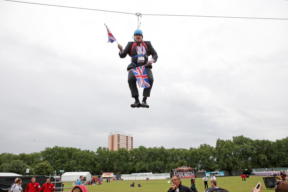 Johnson polgármesterként 2012-ben a Victoria parkban amikor egy elhíresült akciója során egy drótkötél pályán ragadt.