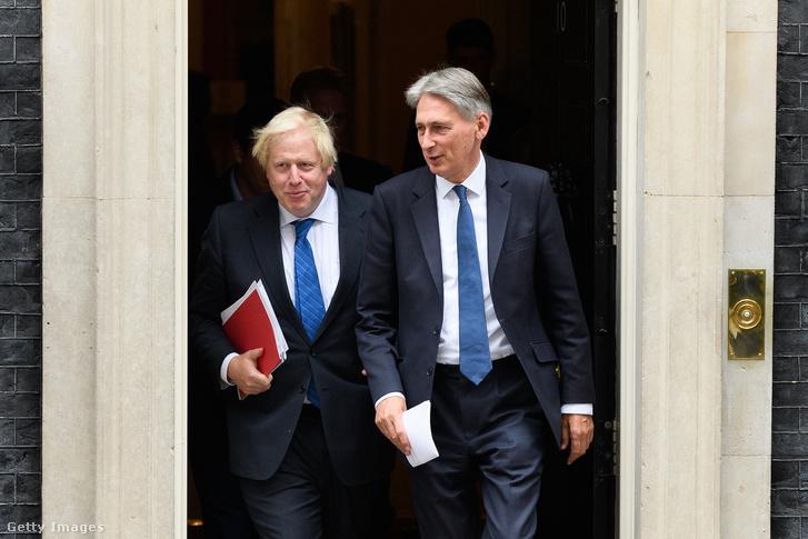 Johnson és Hammond távoznak a miniszterelnöki rezidenciáról egy a brexitről szóló megbeszélés után 2017 szeptemberében.