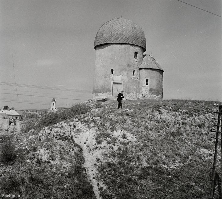 A templom palafedéssel, 1959-ben