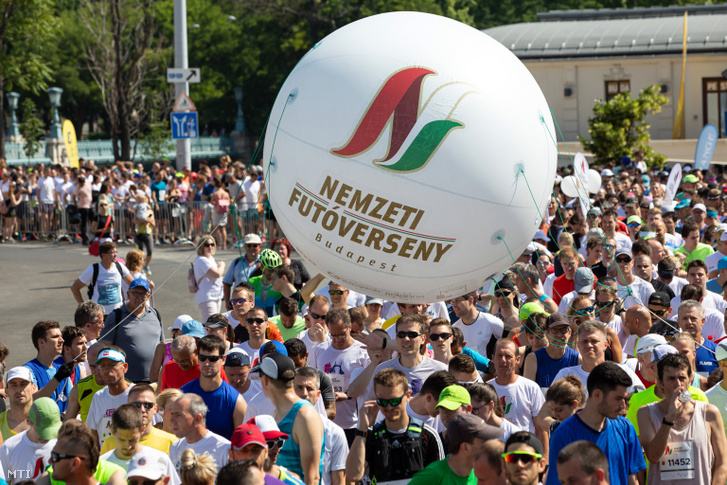 Az első alkalommal megrendezett Nemzeti Futóverseny résztvevői a Hősök terén 2019. június 8-án
