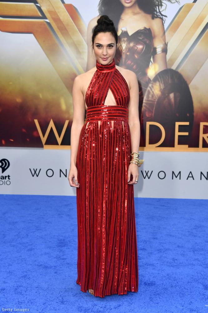 ...ahogy Gal Gadot is egyelpusztíthatatlan badass volt a Wonder Womanban.