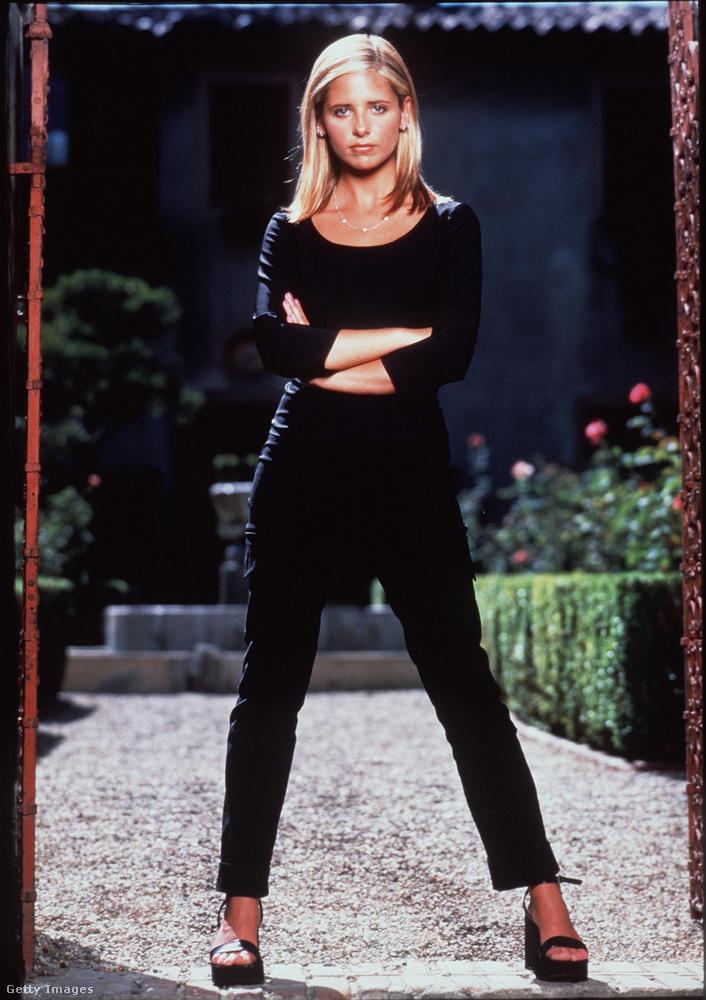 Emlékszik még az 1997 és 2003 között futó Buffy, a vámpírok rémére? Ha igen, akkor nem is kell mondanunk, mennyire erős és legyőzhetetlen karaktert alakított benne Sarah Michelle Gellar, aki azóta már sokkal csendesebb és visszavonultabb életet él, vagyis (csúnyábban mondva) már túl van a karrierje csúcsán.