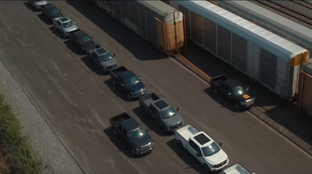 Így kell elhúzni egy 42 pickuppal megpakolt 500 tonnás vonatot