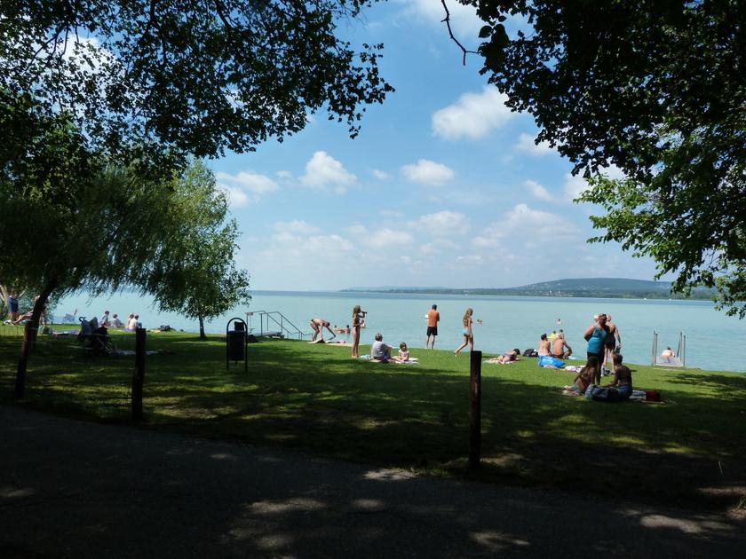 A Tihany-Sajkodi strand a 71-es főútról leágazó bekötőúton közelíthető meg, és a tó egyik leghangulatosabb, legtermészetesebb fürdőhelye, noha a víz gyorsabban mélyül a déli partnál.