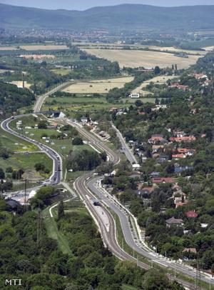 A Budapest-Esztergom vasútvonal Aranyvölgy és Solymár közötti szakasza elõtérben a III. kerületi Aranyvölgy megállóhely balról az ürömi elkerülõ út.