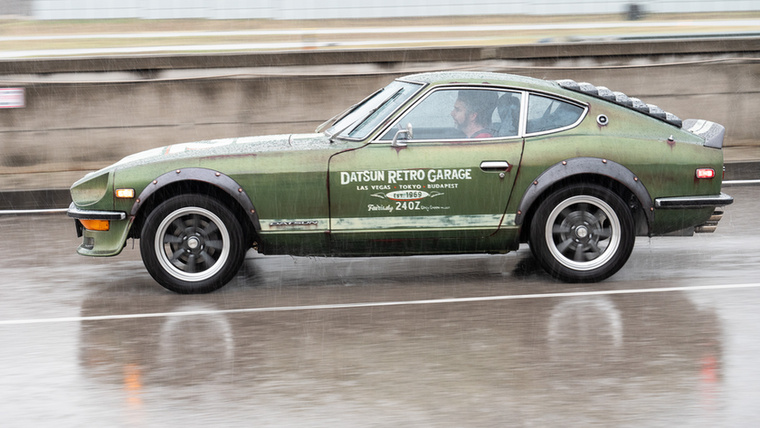 Ilyen egy igazán jól megépített közel ötven éves autó: esőben is lehet vele pályázni.