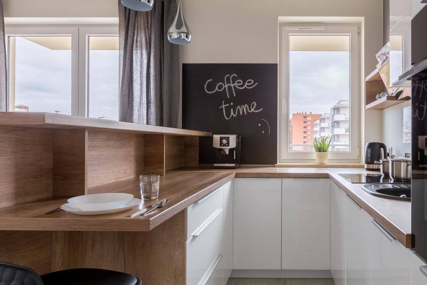 Legyen világos színű! Minden tágítani kívánt helyiség esetében jó ötlet lehet világos színt választani a bútoroknak és a falnak, mert ez optikailag megnöveli a teret.
