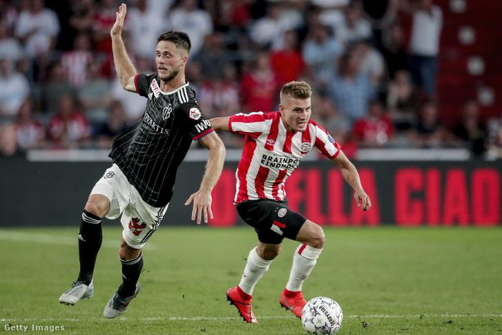 Ricky van Wolfswinkel az FC Basel játkosa és Michal Sadilek a PSV-től az UEFA Bajnokok Ligája mérkőzésen Eindhovenben 2019. július 23-án