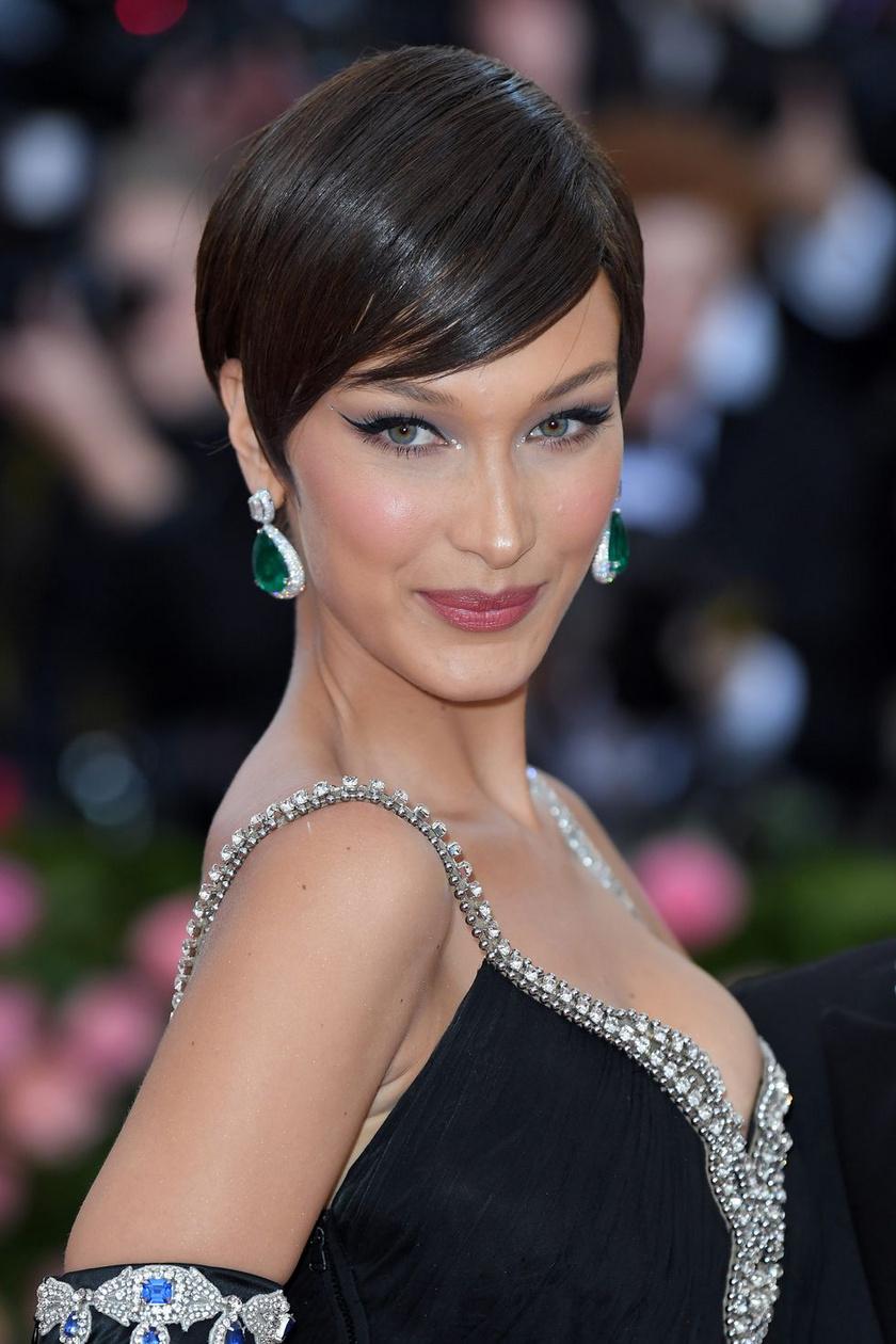 Bella Hadid lelapított, oldalra fésült pixie-frizurája rendkívül jó választás: elegáns, kifinomult, és szépen kiemeli az arcot.