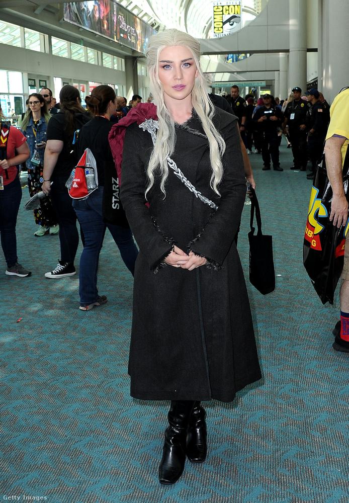 Egy ijesztően élethű Daenerys Targaryen jelmez