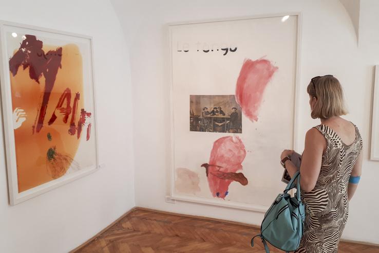 Julian Schnabel a képzőművészet utolsó mohikánja. Minden megvan benne, vagy mindent megcsinált, ami a világhírhez kell: kellő extravagancia, egy nagy, egyedülálló ötlet, kapcsolat a popkultúrával, meg a sokszínűség – ezek egy része valós teljesítmény, más meg aligha szól másról, mint a hírnév okos eléréséről.