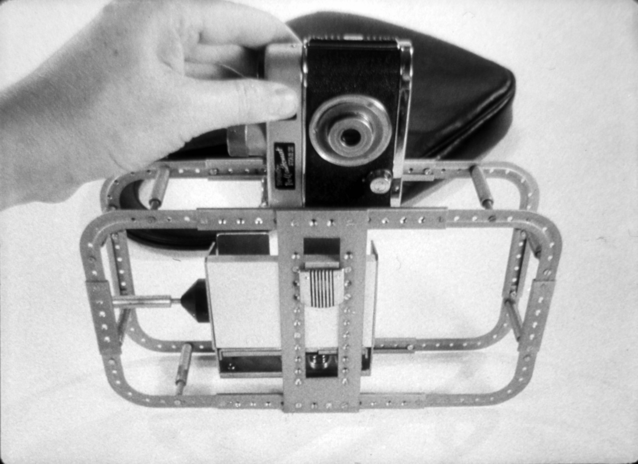 """Robot Star II-es gépet helyeznek el az álcázótáska előre kialakított keretébe. Kétszeri felhúzással 50 filmet lehetett vele készíteni, előnye, hogy jól befér egy női táskába is. Az oktatófilmek a fotózás technikai részletein kívül kitértek a megfelelő hordozókra (férfiaknál autóstáska, hölgyeknél akár retikül) és a turistának álcázott fotós feltűnésmentes mozgására is: """"Úgy kell elhelyezkednünk és filmeznünk, mintha mi is a nevezetességek iránt érdeklődnénk. Ha a figyelt személy felénk néz, a gépet nem szabad hirtelen lekapni, ilyenkor is folytassunk munkánkat, majd a felvevőgéppel lassú mozdulattal forduljunk el."""""""
