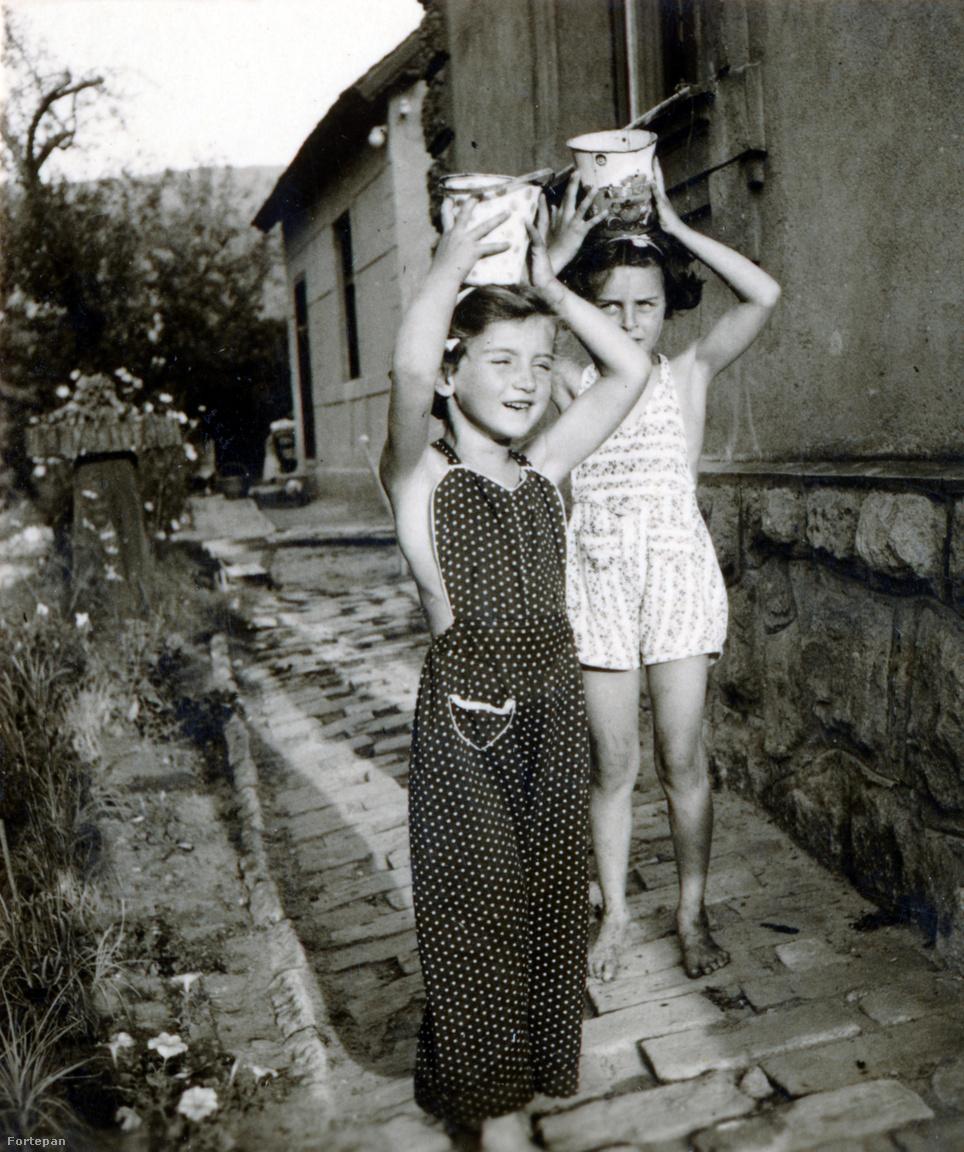 """Preisich Anikó és az egyik táborozó kislány, Stern IvonneA család még 1943 nyarán is Visegrádon nyaralt, de ekkor mát többször megjelentek a csendőrök is, akik újra és újra ellenőrizték a papírjaikat. """"Ősszel rossz hírek jöttek, szorongva utaztunk haza Visegrádról a zsúfolt, dunai hajón."""""""