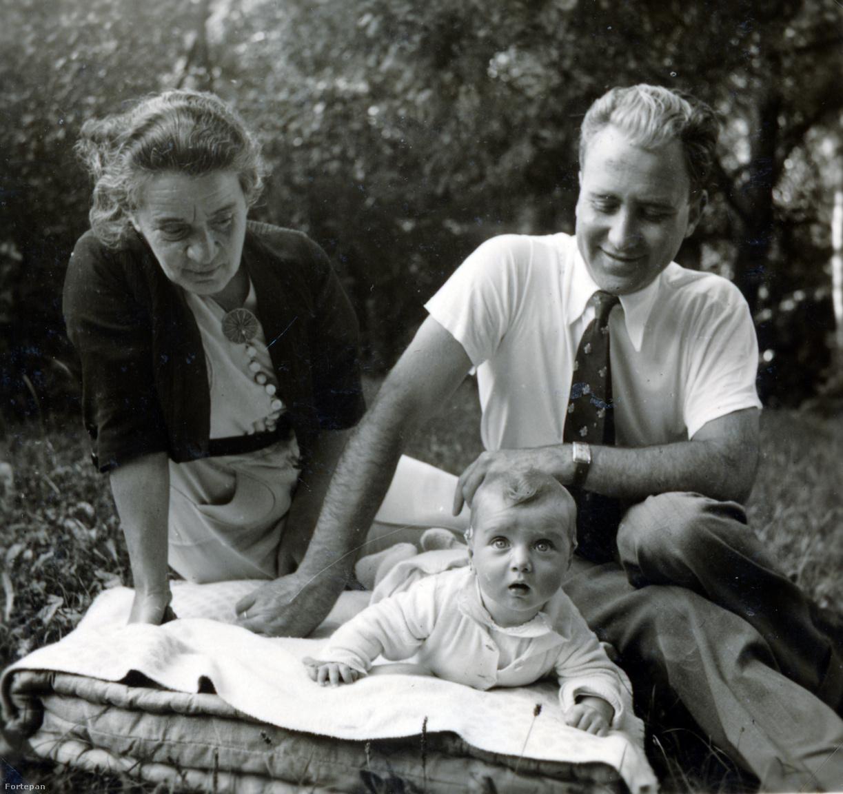 """Preisich Gábor elsőszülött kislányával, Anikóval és a nagymamával, Wessel MargittalAz 1938-ban született Anikót (és később két testvérét is) Rut szigorú elvek szerint nevelte. """"Pedagógiai elvemre hatott Pikler Emmi Mit tud már a baba című könyve, bár elsősorban Apuskának  [Preisich Kornél] A kisbaba táplálása és gondozása című, több kiadást megért könyve volt a vezérfonalam, ezt a könyvet Apuska születésnapjára, ajándékul, németre is lefordítottam""""–írta Rut, akinek visszaemlékezéseit férje 1987-ben gépelte le."""