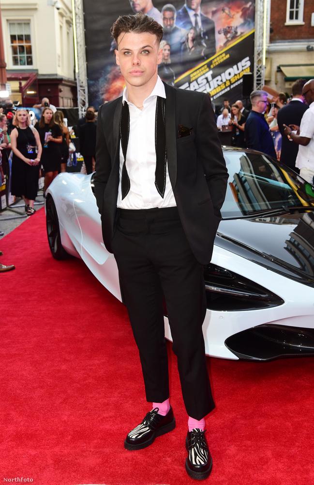 Valamilyen okból kifolyólag egy angol énekes, Yungblud  is a vörös szőnyegre keveredett, aki meg lehet azt hitte, hogy a még be sem mutatott Joker premierjére tévedt