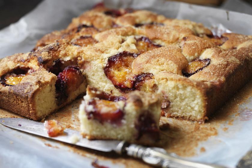 Egyszerű, beledobálós tejfölös, szilvás kevert süti: fantasztikusan puha lesz